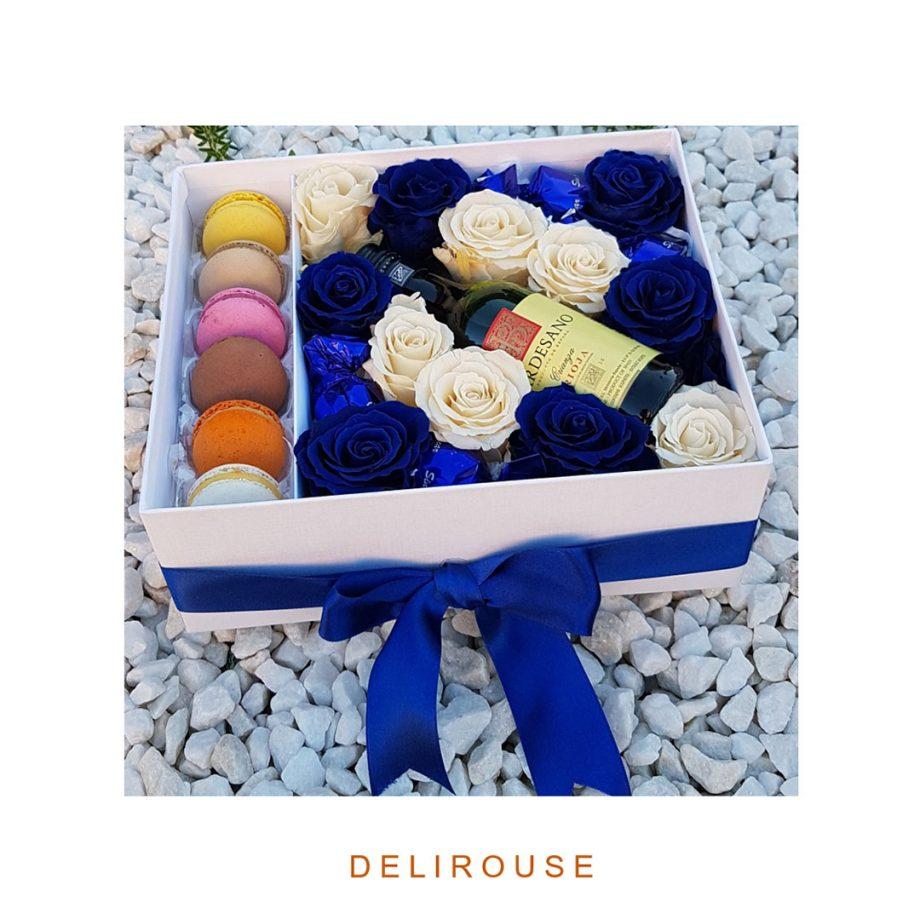 Caja con Rosas Blancas y Azules Preservadas, Bombones, Vino y Macaroons