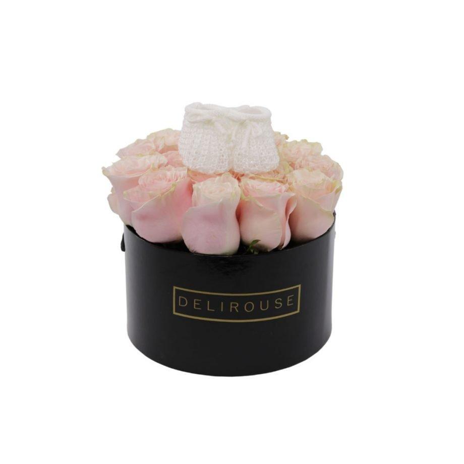 Caja Mediana de Rosas con Zapatitos para Bebe 1
