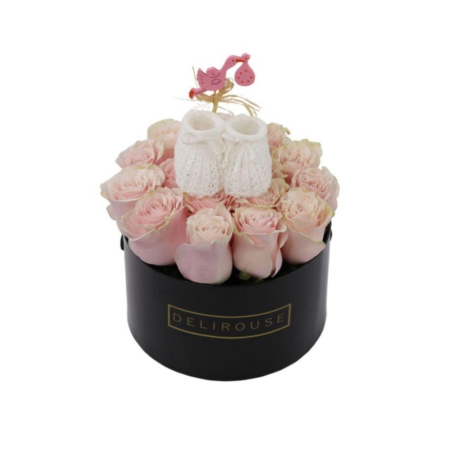 Caja Mediana de Rosas con Zapatitos para Bebe 2